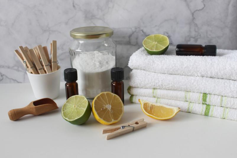 Bezpieczne dla dziecka, naturalne środki do czyszczenia materaców dziecięcych: soda oczyszczana, cytryna, limonka czy woda utleniona.